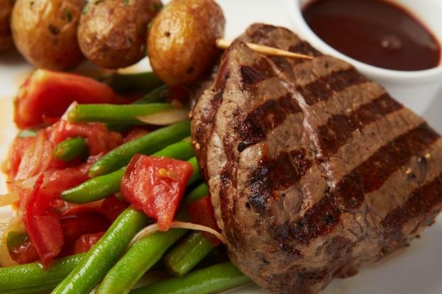 Ресторан «Апрель Cafe», Санкт-Петербург: Стейк из говядины со стручковой фасолью, томатами и соусом порто