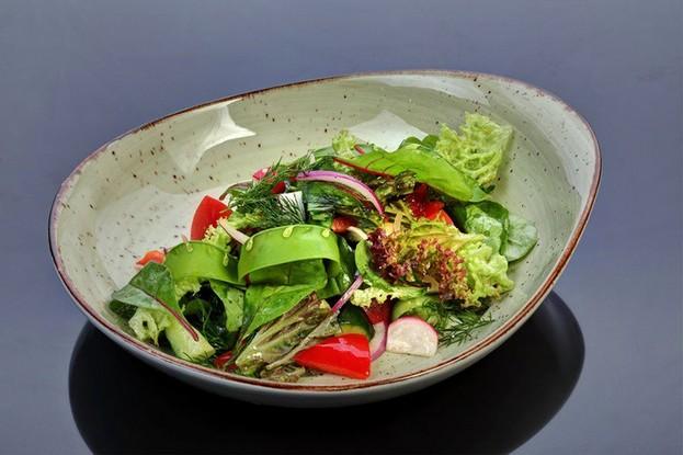 Ресторан «Русская рыбалка», Санкт-Петербург: Салат из свежих бакинских овощей с травами (заправка на выбор)