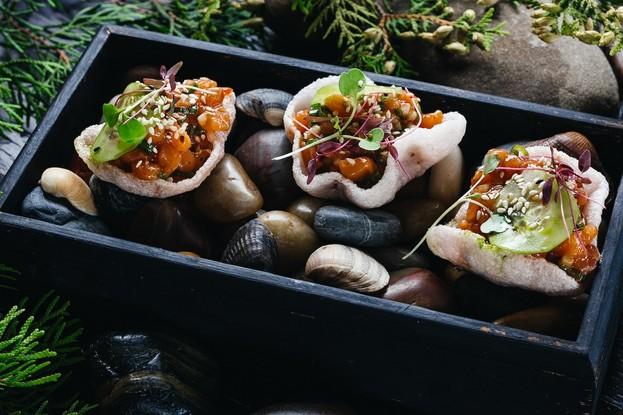 Ресторан «Dozari», Санкт-Петербург: Тартар из лосося со свежим огурцом и тайской заправкой на хрустящих креветочных чипсах