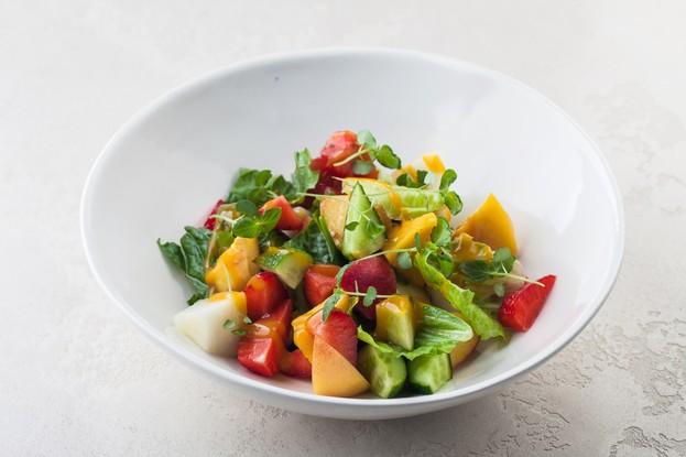 Ресторан «Сырник», Санкт-Петербург: Сезонный салат с овощами и фруктами