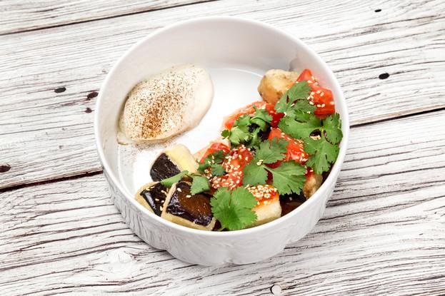Ресторан «Летучий голландец», Санкт-Петербург: Салат с хрустящими баклажанами, томатами и кремом из брынзы