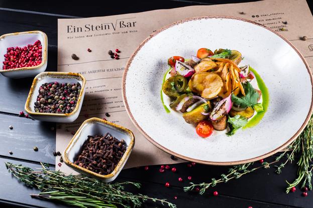 Бар «EinStein Bar», Санкт-Петербург: Dresdener salat — салат с колбасками, печеным картофелем, яйцом и свежими овощами в горчичном дрессинге
