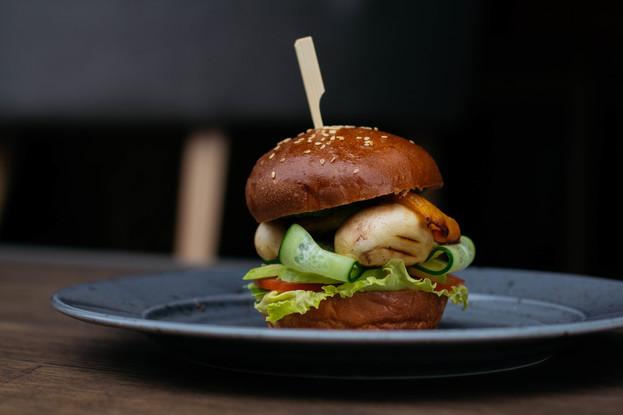 Кафе «Burger&Crab», Санкт-Петербург: Вегетарианский бургер с жаренными шампиньонами и печеной паприкой