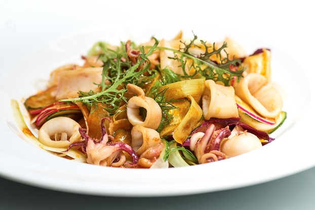 Ресторан «Ла маре», Санкт-Петербург: Острый салат с бэби кальмаром и свежими огурцами