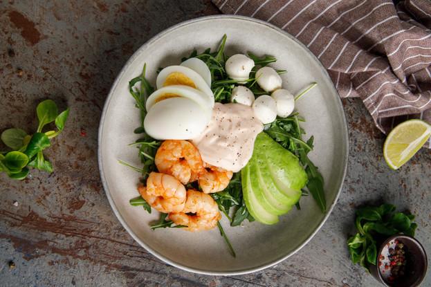 Ресторан «Кукумбер», Санкт-Петербург: Салат с рукколой, креветками, мини-моцареллой и йогуртовым соусом
