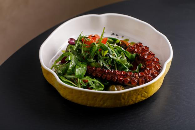 Ресторан «Речной», Санкт-Петербург: Осьминог гриль с карпаччо из томатов