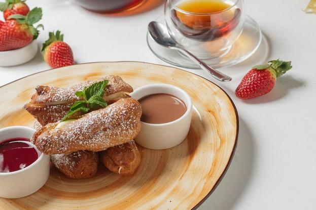 Ресторан «Stroganoff Bar & Grill», Санкт-Петербург: Мини-эклеры с малиновым и шоколадным соусом